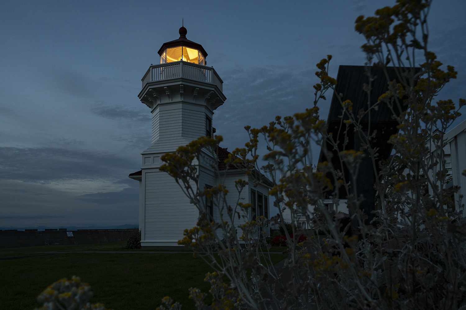 Fully automated in 1979, the 38-foot tall Mukilteo lighthouse and fog signal can now be seen inside Mukilteo Lighthouse Park. In 2001, the U.S. Coast Guard granted ownership of the beacon to the city of Mukilteo. (Image: Rachael Jones / Seattle Refined)
