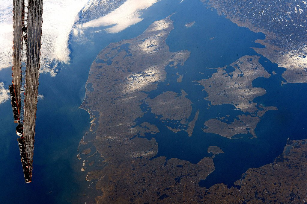 This one is for you @Astro_Andreas! Denmark in all its glory, not a cloud in sight. Looks quite hygge down there ;) (Photo & Caption: Thomas Pesquet // NASA)
