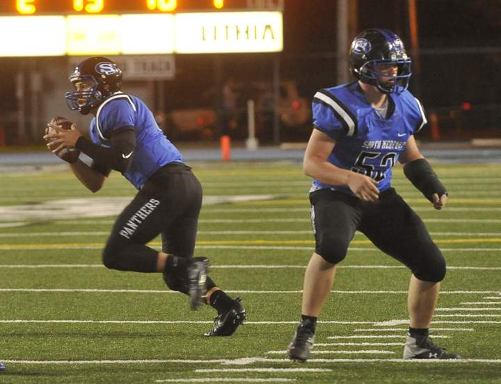 South Medford vs. Grants Pass Football Mail Tribune Photo - Denise Baratta