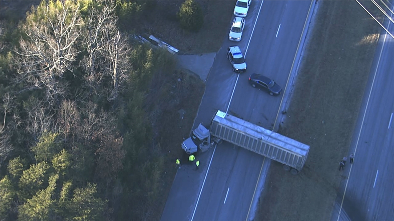 Crash shuts down traffic on Ox Road in Fairfax County. (SkyTrak7)