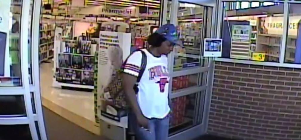 Toledo Police search for suspected purse thieves.  (Toledo Police)