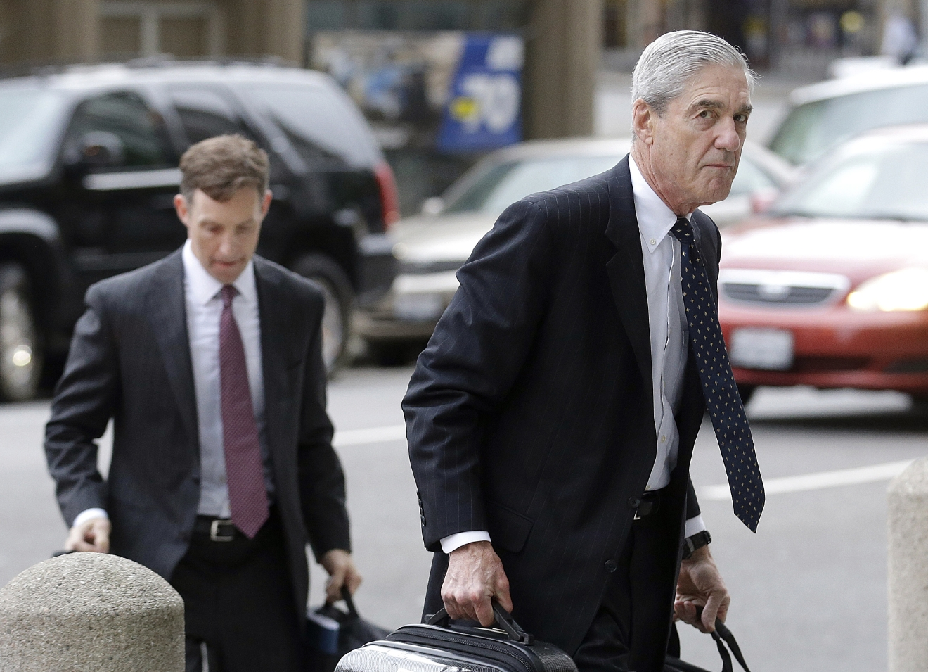 Attorney and former FBI Director Robert Mueller, right, arrives for a court hearing at the Phillip Burton Federal Building in San Francisco, Thursday, April 21, 2016. (AP Photo/Jeff Chiu)