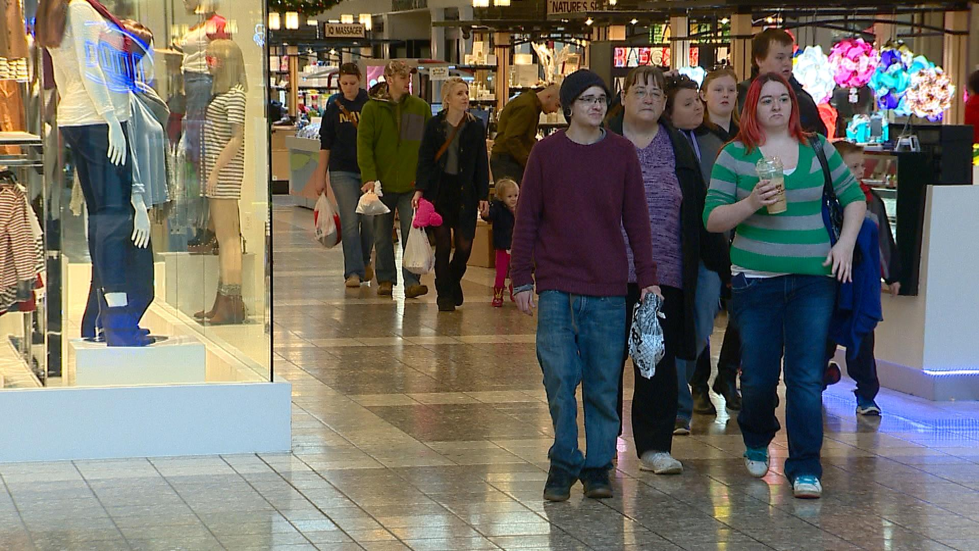 Last-minute shoppers are in a frenzy at the Fox River Mall in Grand Chute, Dec. 24, 2015. (WLUK image)