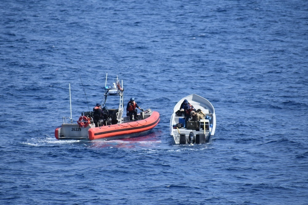 Members of the embarked United States Coast Guard Law Enforcement Detachment from HMCS Whitehorse approach a fishing vessel during Operation CARIBBE on April 5, 2018. Photo: MARPAC Public AffairsXC052-2018-0001-107~Des membres du d?tachement d?ex?cution de la loi de la garde c?ti?re des ?tats Unis du NCSM Whitehorse s?approchent d?un navire de p?che au cours de l?op?ration CARIBBE, le 5 avril 2018. Photo : Affaires publiques des FMAR(P)XC052-2018-0001-107